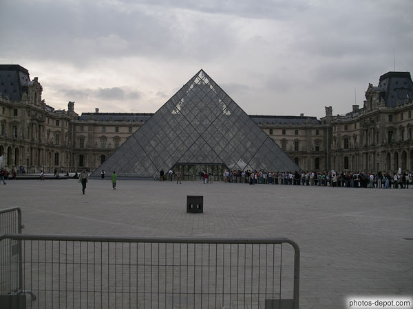 la Pyramide du Louvre photo