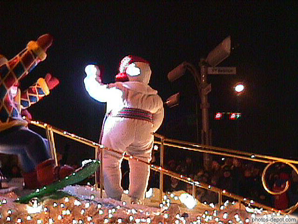 Bonhomme carnaval salue la foule photo