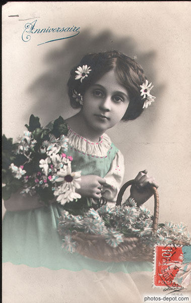Carte d'Anniversaire, fillette aux marguerites photo