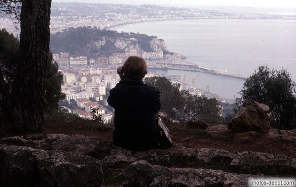femme assise contemplant la baie majestueuse photo