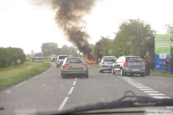 voiture en flammes photo